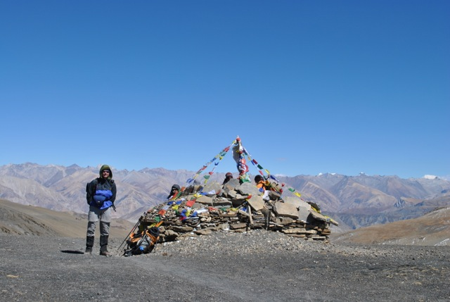 Prayer flags marking the pass   (Lobsang Sherpa)